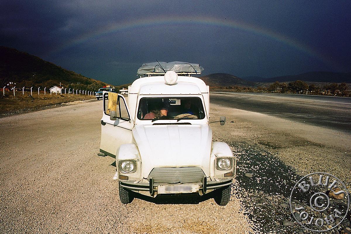 Iran, la 2CV en route, pose après la pluie