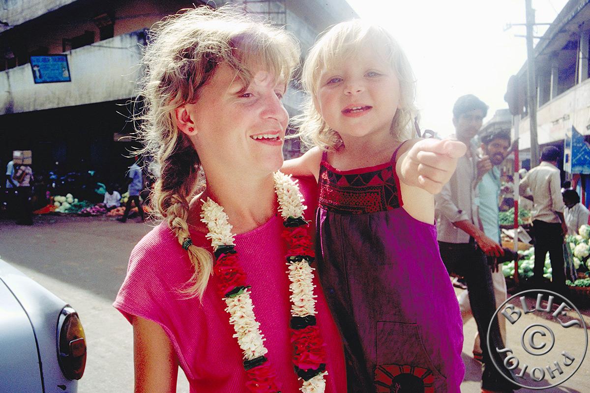 En route pour Mysore, Christiane et Julie prennent la pose