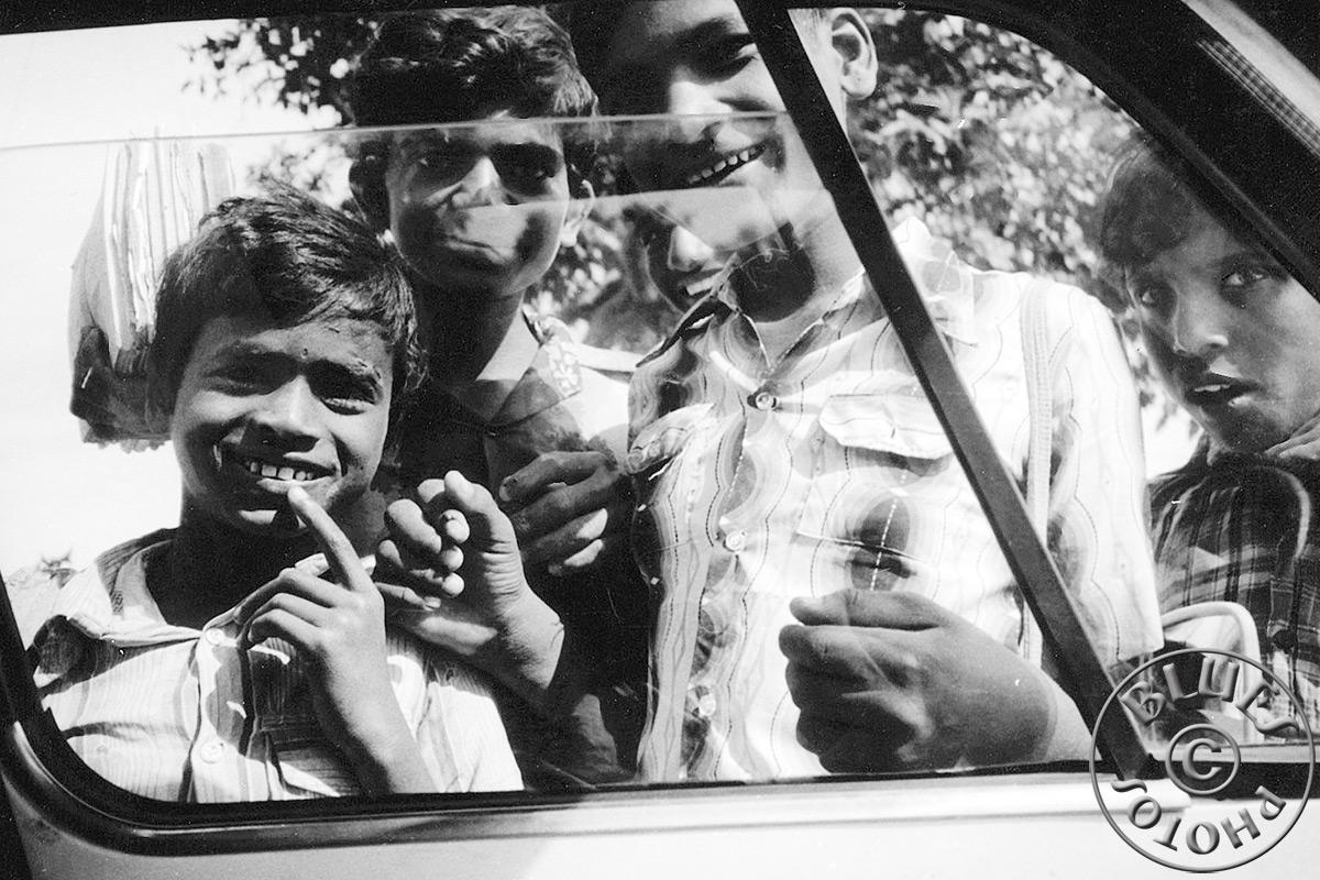En route pour Mysore, des enfants curieux de voir des étrangers