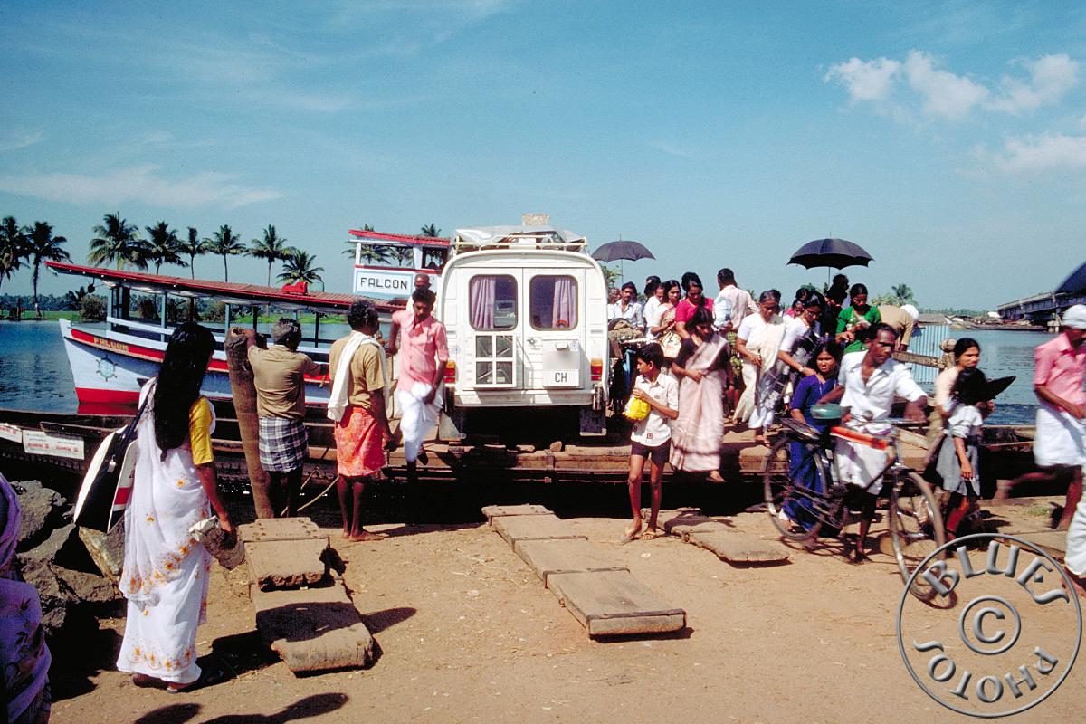 Kerala, notre 2CV traverse les canaux sur un radeau