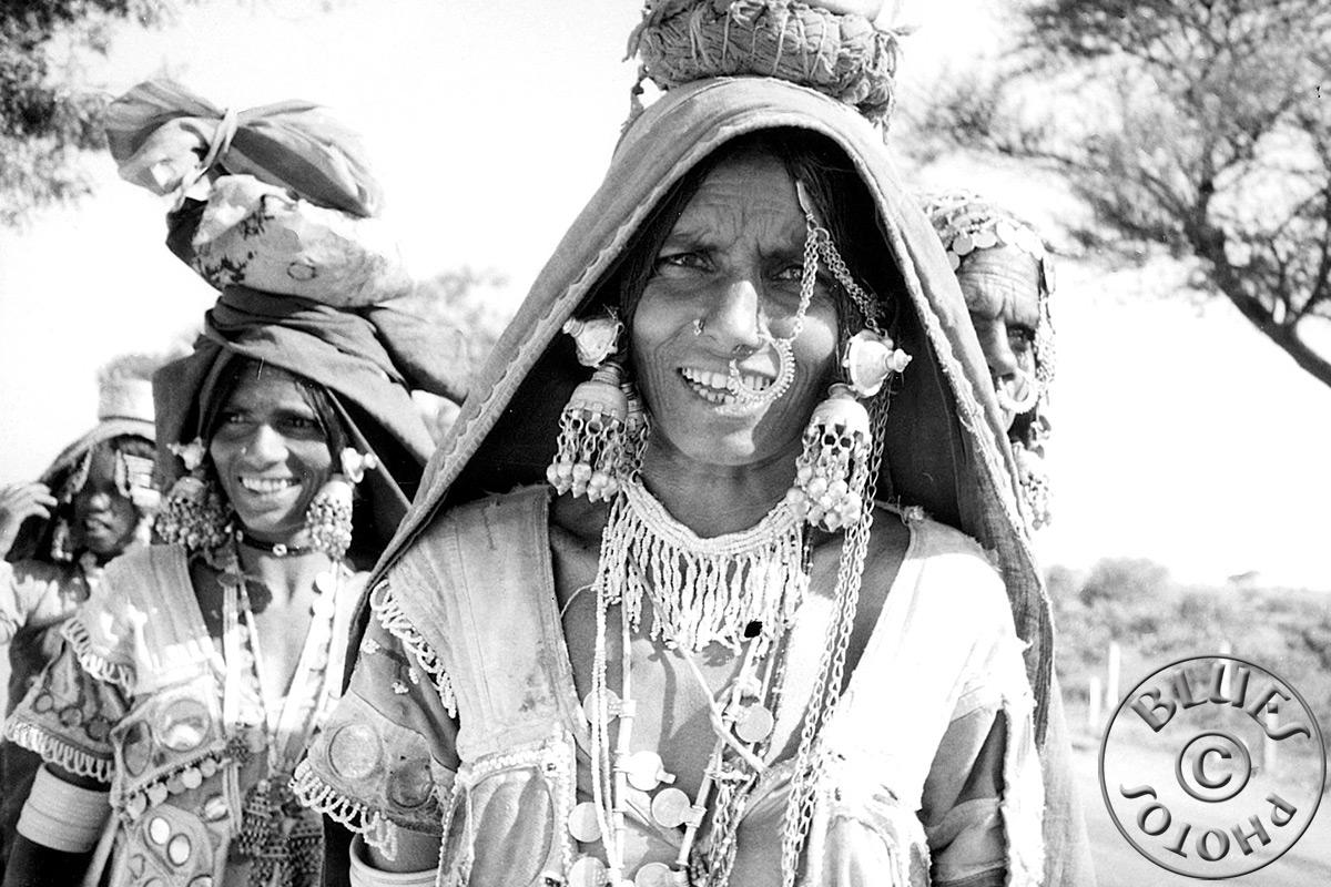 En route pour Bénarès, des femmes superbement décorées
