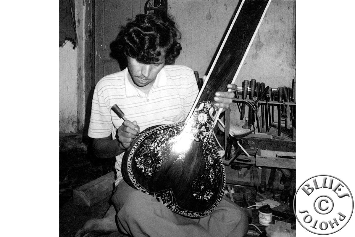 Bénarès, fabrication du Sitar. L'artiste grave sur la caisse (courge séchée)