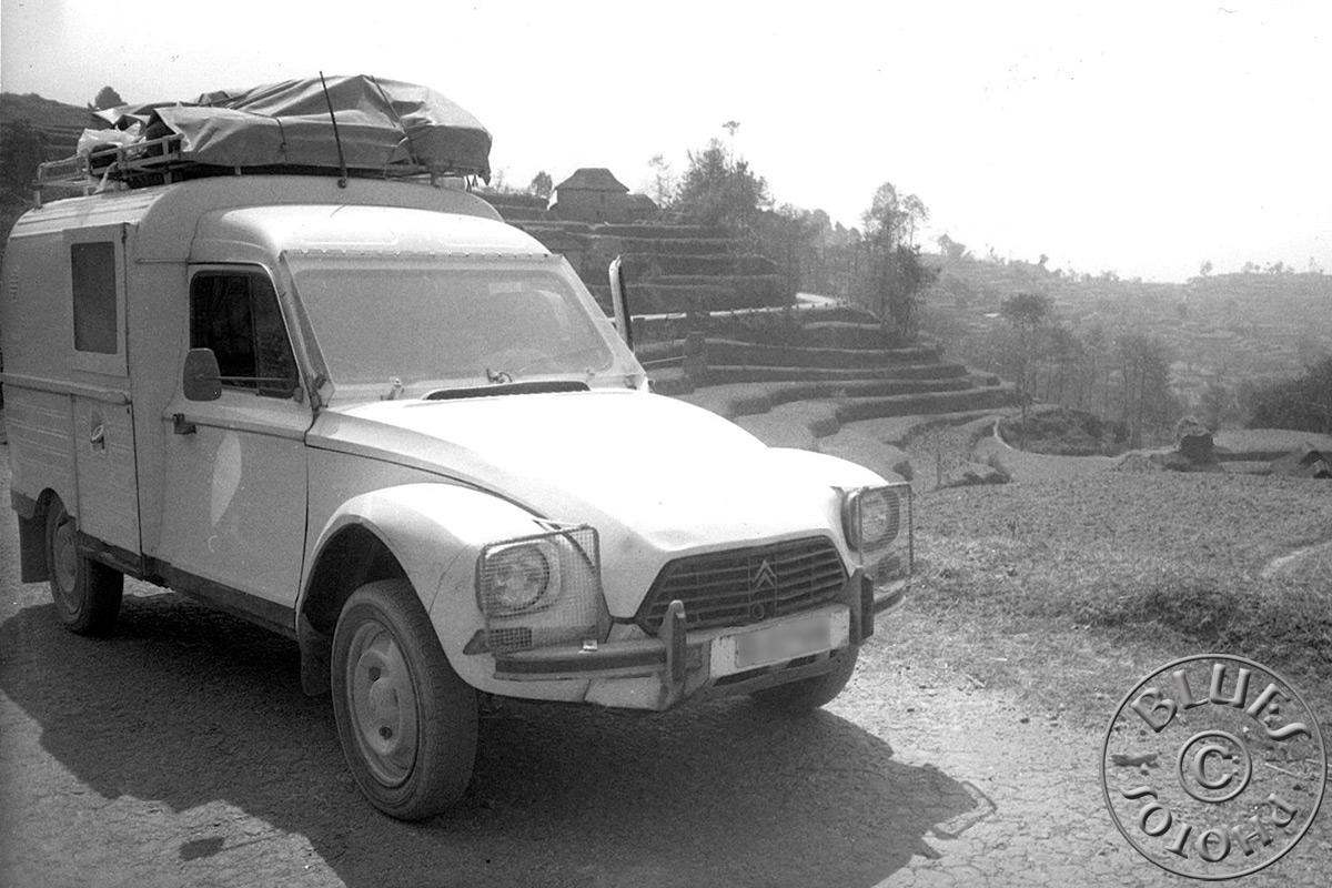 La 2CV, arrêt durant la montée au Népal