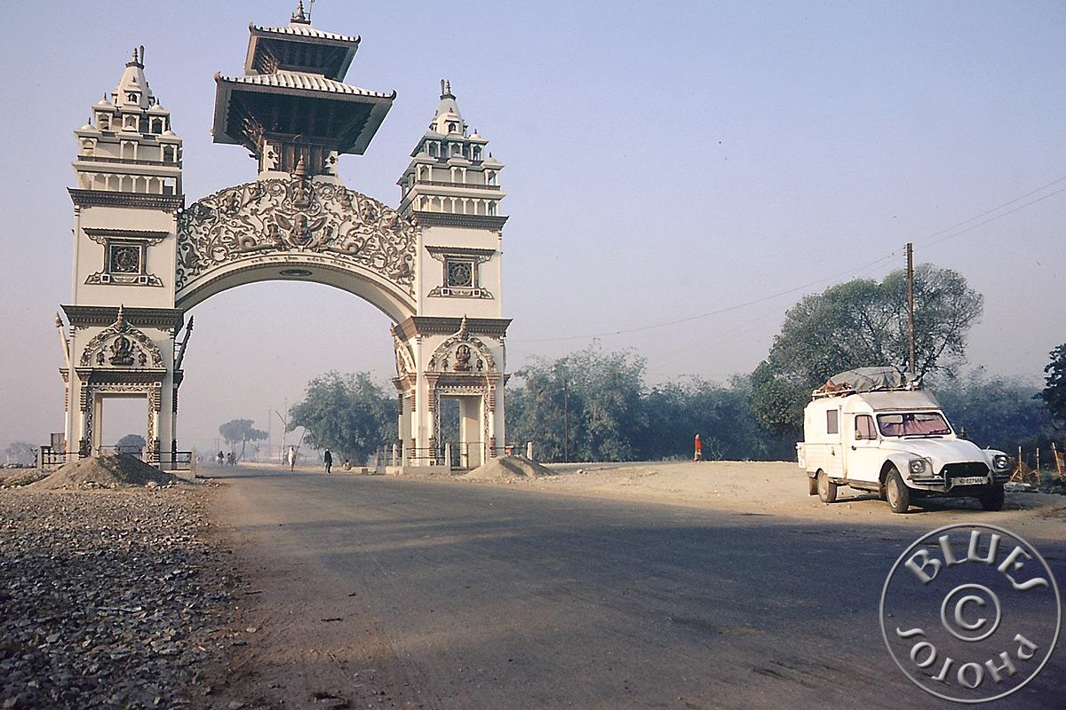 Notre maison 2CV au réveil le matin à la frontière (Indes-Népal)