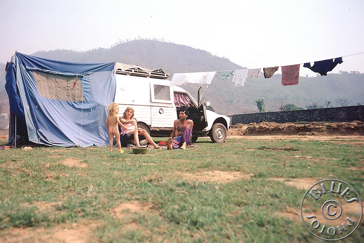 Nepal, la 2CV parquée à Pokara