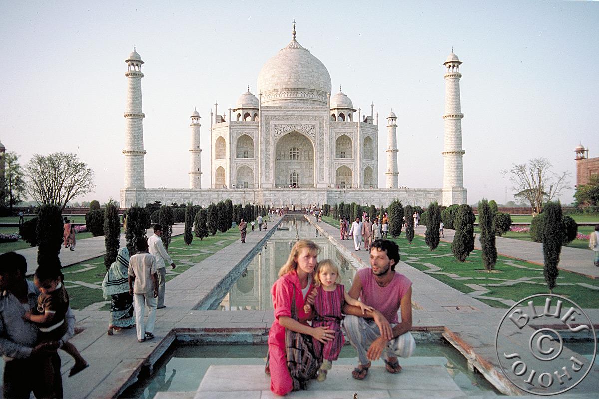 Agra, la Famille Chablues pose devant le Taj Mahal