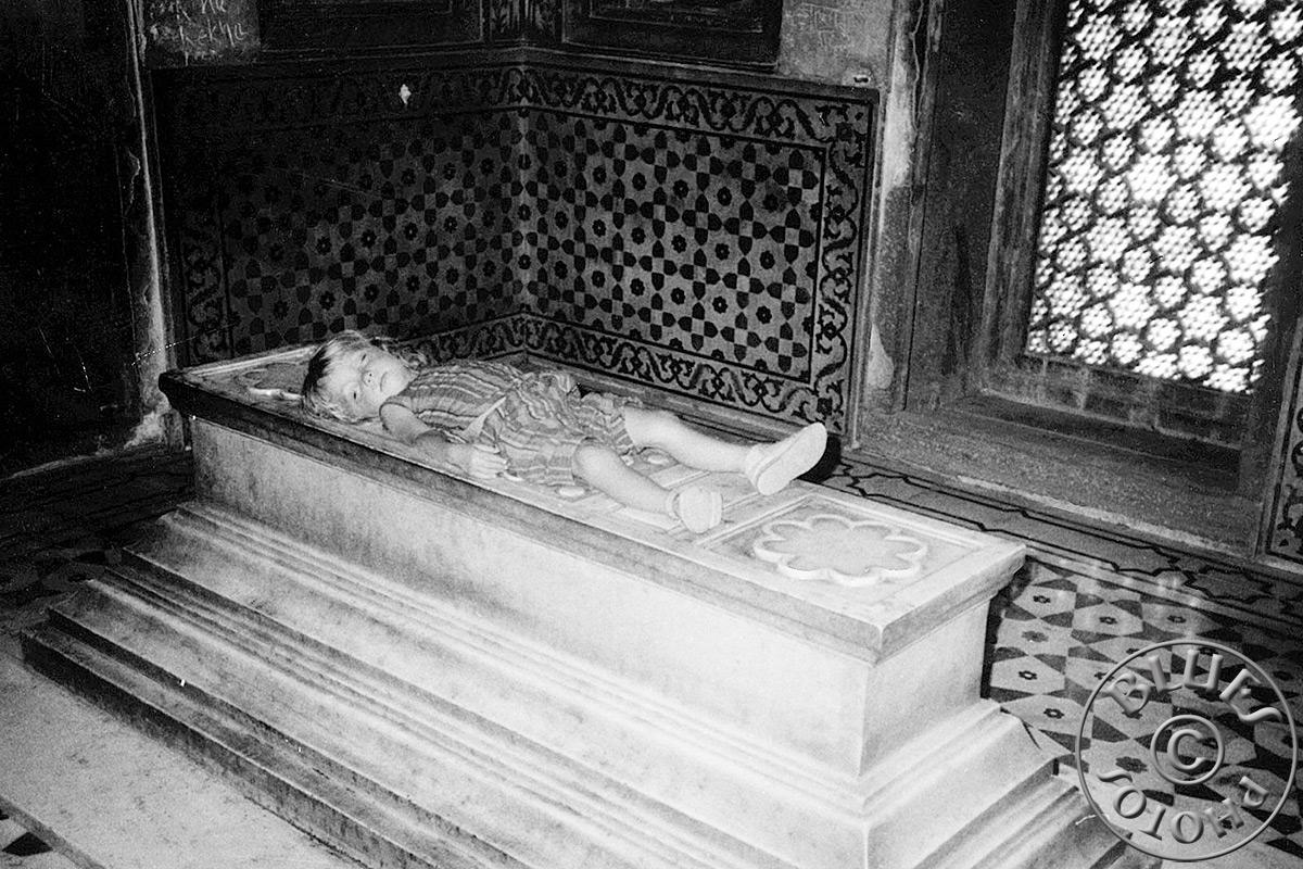 Agra Taj-Mahal -GAG- Julie fait la sieset sur la tombe de la princesse