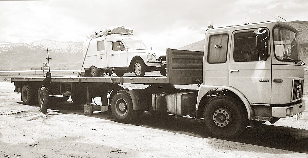 """SOS camion-stop - Mehmet attache notre 2CV sur """"son dos"""" pour nous faire sortir d'Iran et nous amener dans son village"""