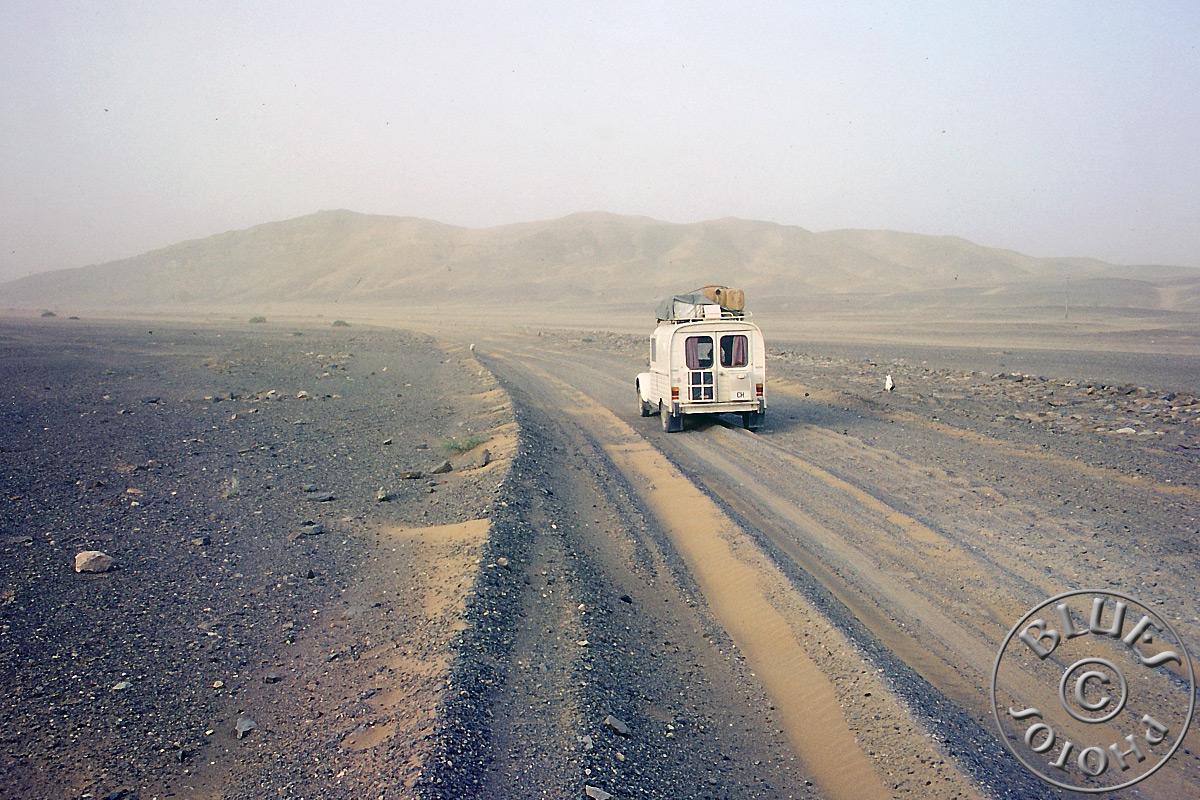 """La 2CV sur la piste Pakistan-Iran, juste avant de """"casser"""" la boite à vitesse"""
