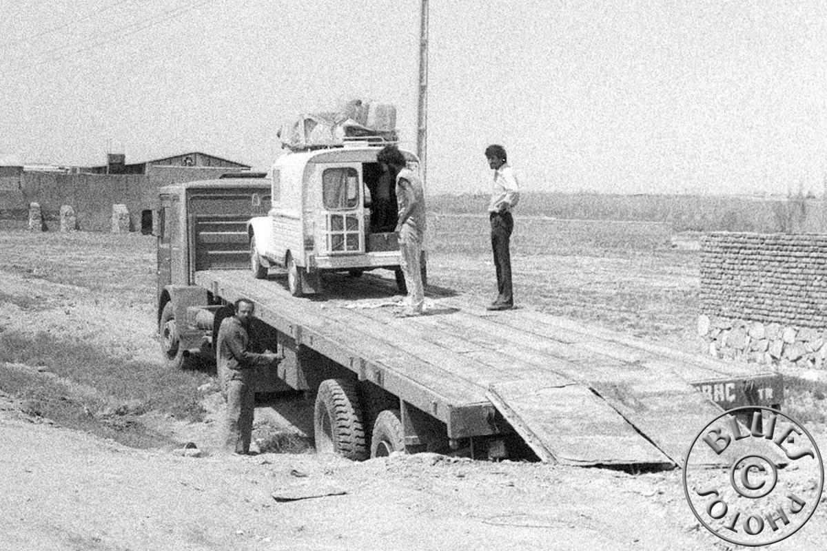 """Iran-après Téhéran la 2CV est """"foutue"""", chargement sur le camion"""