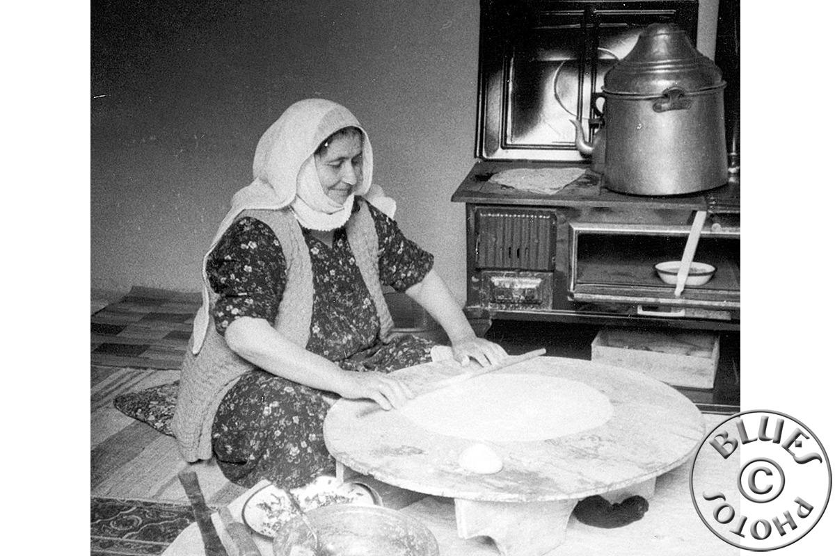 La maman de Mehmet roule des galettes pour le souper