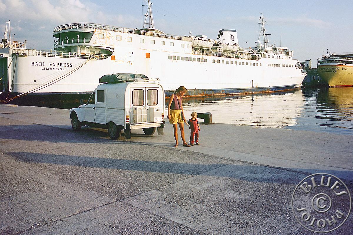 Grèce, à Patras juste avant de charger la 2CV sur le ferry pour l'Italie