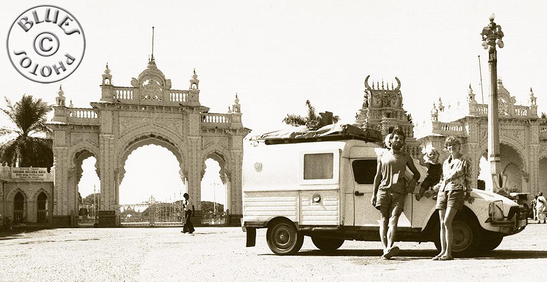 1985 Christiane, Roland et Julie, posent devant leur 2CV à Mysore-Indes